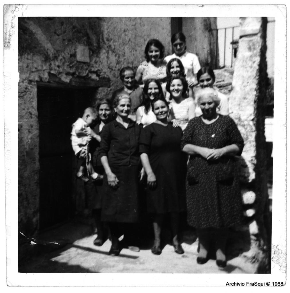 Gruppo donne in Via Ugo Foscolo nel 1968
