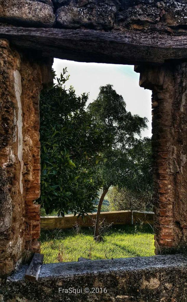 Scorcio dietro la chiesa dell'Immacolata in una casa diroccata accanto al locale ex Scuola Media